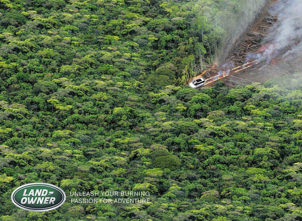 Maasturiauto liekit perässään jyrää läpi kaadetun metsän kohti vehreänä vielä kasvavaa puustoa. Mainoskuvan alalaidassa LandRoverin logosta mukailtu teksti LandOwner sekä slogan englanniksi.